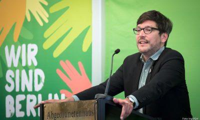 Auf dem Bild ist Dirk Behrendt zu sehen, der eine Rede hält.