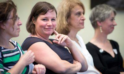 Auf dem Bild sind 4 Frauen zu sehen. Eine davon ist Antje Kapek, die in die Kamera lacht.