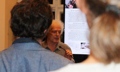 Auf dem Bild hält ein Mann eine Rede.