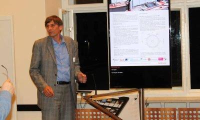 Auf dem Bild hält ein Mann einen Vortrag.