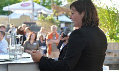 Auf dem Bild hält Antje Kapek eine Rede.