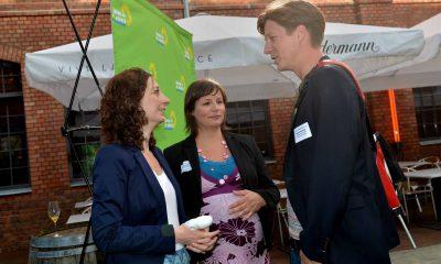 Auf dem Bild ist Daniel Wesener im Gespräch mit Antje Kapek und Ramona Pop zu sehen.
