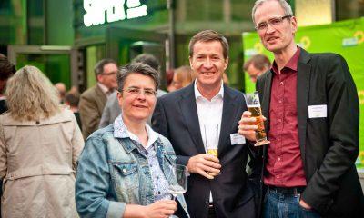 Auf dem Bild sind Monika Herrman und zwei Männer zu sehen.