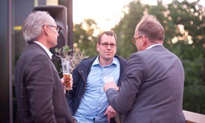 Auf dem Bild sind drei Männer zu sehen.