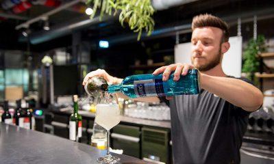 Auf dem Bild mixt ein Barkeeper Getränke.