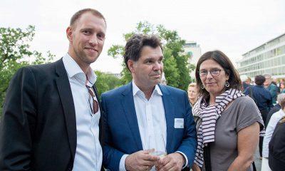 Auf dem Bild ist Julian Mieth mit zwei anderen Personen zu sehen.