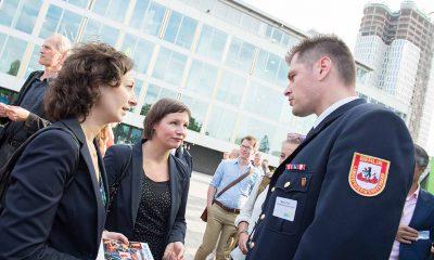Auf dem Bild sind Ramona Pop und Antje Kapek mit einem Mann in Uniform zu sehen.