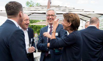 Auf dem Bild ist eine Gruppe auf vier Personen zu sehen, die sich unterhält und lacht.