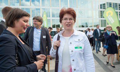 Auf dem Bild sind Antje Kapek und Stefanie Remlinger zu sehen. Im Hintergrund steht Mirko Seffzig.