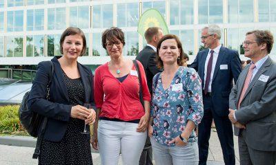 Auf dem Bild ist Antje Kapek mit zwei Frauen zu sehen.