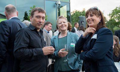 Auf dem Bild ist Sabine Bangert mit zwei anderen Personen zu sehen.