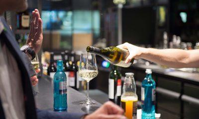 Auf dem Bild mixt ein Barkeeper Getränke. Es ist aber nur seine Hand zu sehen.