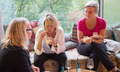 Auf dem Bild sind drei Frauen zu sehen, die essen.