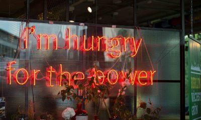 """Auf dem Bild ist Leuchtschrift mit der Aufschrift """"I'm hungry for the power"""" zu sehen."""