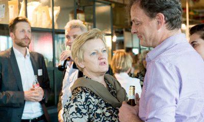 Auf dem Bild ist Renate Künast zu sehen, die mit einem Mann redet-