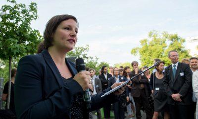 Auf dem Bild sind Antje Kapek und Ramona Pop zu sehen, die eine Rede halten.
