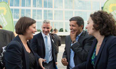 Auf dem Bild sind Antje Kapek, Raed Saleh und Ramona Pop zu sehen, die sich unterhalten und lachen.