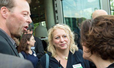 Auf dem Bild ist Nicole Ludwig im Gespräch mit anderen Personen zu sehen.