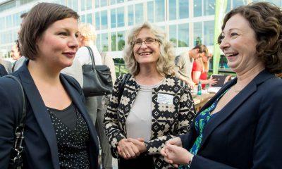 Auf dem Bild sind Antje Kapek und Ramona Pop zu sehen, die sich mit einer Frau unterhalten und lachen.