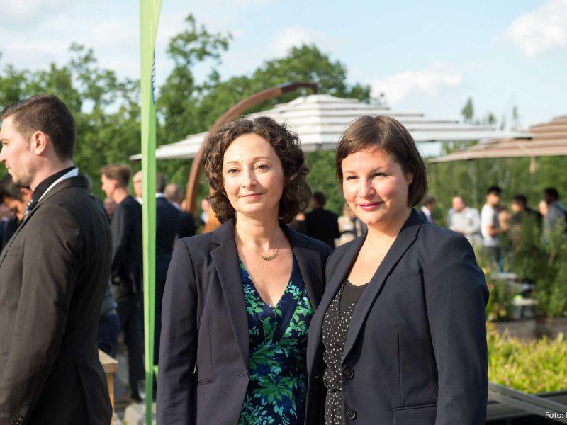 Auf dem Bild sind Antje Kapek und Ramona Pop zu sehen, die für ein Bild posieren.