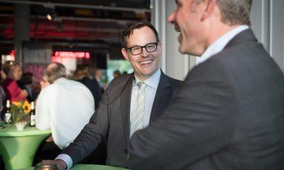 Auf dem Bild sind zwei Männer zu sehen, die lachen.
