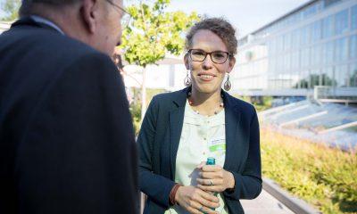 Auf dem Bild ist Claudia Fechner im Gespräch mit einem Mann zu sehen.