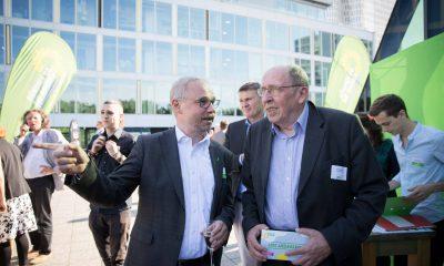 Auf dem Bild ist Olaf W. Reimann im Gespräch mit einem Mann zu sehen.