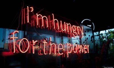"""Auf dem Bild ist Leuchtschrift mit dem Schriftzug """"I'm hungry for the power"""" zu sehen."""