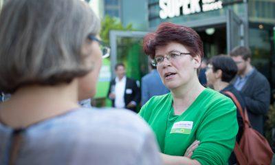 Auf dem Bild ist Stefanie Remlinger im Gespräch mit einer anderen Frau zu sehen.
