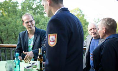 Auf dem Bild sind Benedikt Lux und drei andere Männer zu sehen.