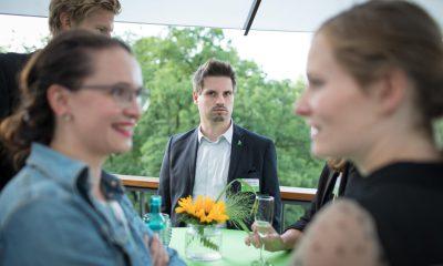 Auf dem Bild sind verschiedene Personen zu sehen, die sich unterhalten.