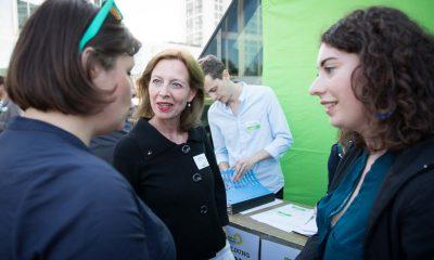 Auf dem Bild ist Ante Kapek im Gespräch mit zwei anderen Frauen zu sehen.