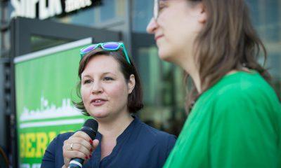 Auf dem Bild sind Silke Gebel und Antje Kapek zu sehen, die eine Rede vor dem Publikum des Sommerfests halten.