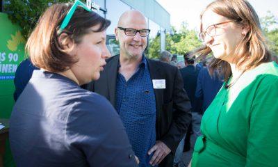 Auf dem Bild sind Antje Kapek und Silke Gebel zu sehen, die mit einem Mann reden.