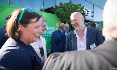 Auf dem Bild sind Antje Kapek und andere Personen zu sehen. Alle lachen.