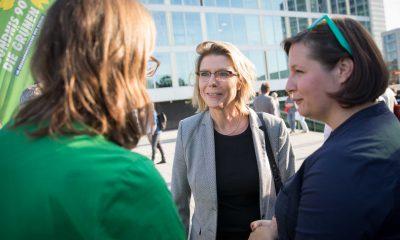 Auf dem Bild sind Antje Kapek und Silke Gebel zu sehen, die mit einer Frau reden.
