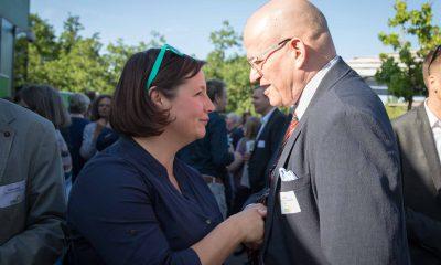 Auf dem Bild ist Antje Kapek mit einem Mann zu sehen.