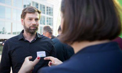 Auf dem Bild ist Antje Kapek zu sehen, die sich mit einem Mann unterhält.