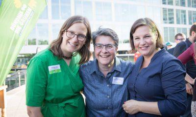 Auf dem Bild posieren Antje Kapek und Silke Gebel zusammen mit Monika Herrmann für die Kamera.