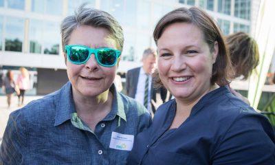 Auf dem Bild posiert Monika Herrmann mit ihrer Sonnenbrille und Antje Kapek für die Kamera.
