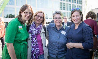 Auf dem Bild posiert Monika Herrmann mit einer Frau und Antje Kapek und Silke Gebel für die Kamera.