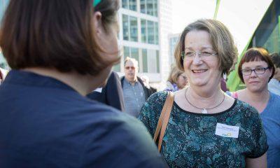 Auf dem Bild redet Antje Kapek mit einer Frau.