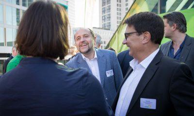 Auf dem Bild ist zu sehen, wie sich Antje Kapek mit zwei Männern unterhält.