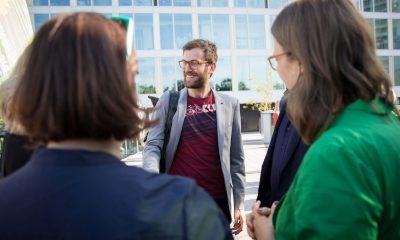Auf dem Bild unterhalten sich Silke Gebel und Antje Kapek mit Georg Kössler und anderen Personen.