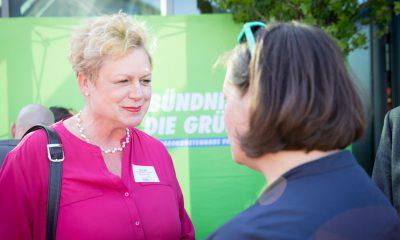 Auf dem Bild sind  Antje Kapek und eine andere Frau zu sehen.