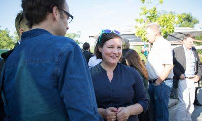 Auf dem Bild ist Antje Kapek im Gespräch mit verschiedenen Leuten zu sehen.
