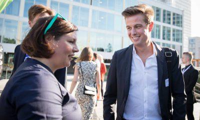Auf dem Bild ist Antje Kapek zu sehen, die mit einem mann redet.