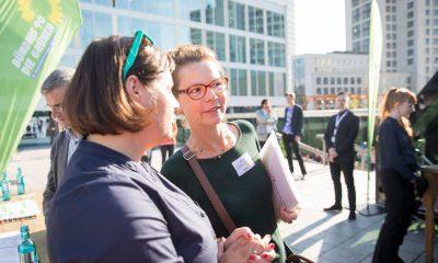 Auf dem Bild ist Antje Kapek im Gespräch mit einer anderen Frau zu sehen.