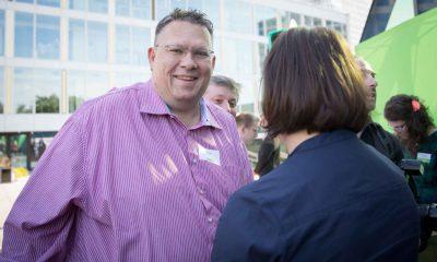 Auf dem Bild ist ein Mann im Gespräch mit Antje Kapek zu sehen.