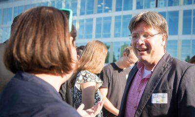Auf dem Bild ist Antje Kapek im Gespräch mit Mirko Seffzig zu sehen.